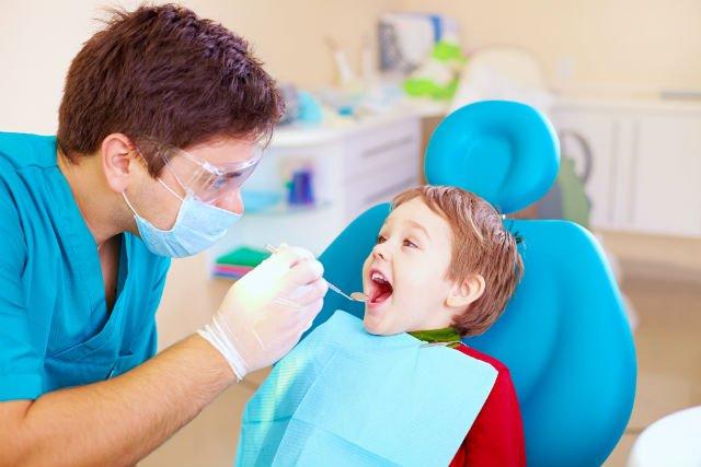 Come riconoscere un bravo dentista per bambini